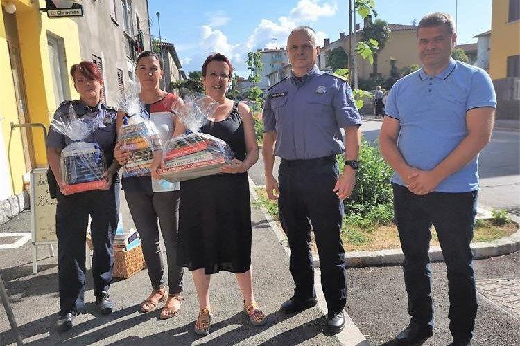 """Istarski policajci prikupili knjige i darovali ih udruzi """"Krilo Labina"""" koja se brine o djeci s teškoćama u razvoju"""